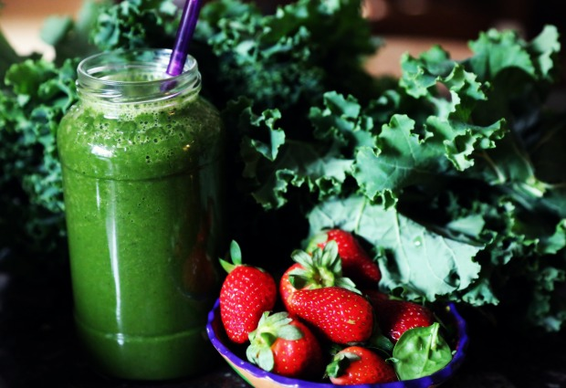 green-strawberry-kale-smoothie004